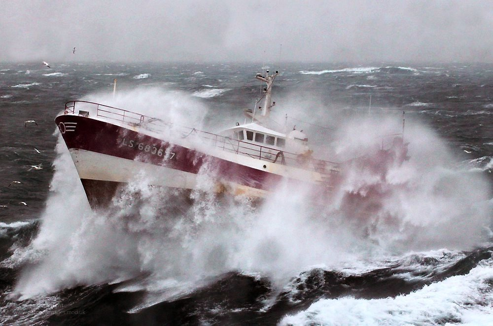 stay safe whilst driving boat in bad weather