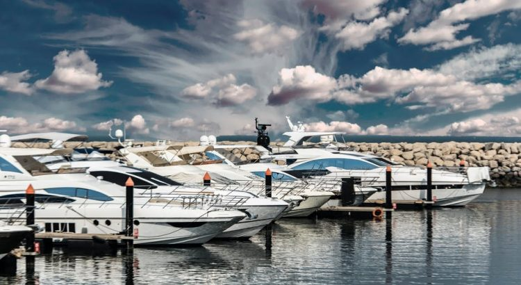 5 Best Marine Inverters For Boats 2019 [High Wattage AC Outlets]
